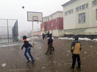 Bingöl'ün Yedisu İlçesinde Kar Yağışı