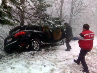 Karda Kayan Jeep Ağaca Çarparak Uçuruma Yuvarlanmaktan Kurtuldu
