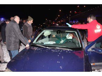 8 Kişinin Yaralandığı Kazada Onlar Kurtardı, Vatandaşlar İzledi