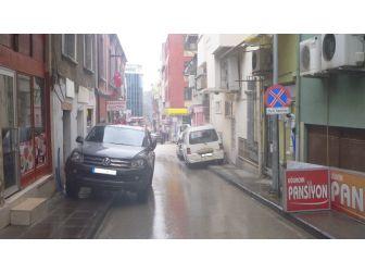 Yasak Tabelasına Rağmen Araçlar Dar Sokaklarda Park Ediyor