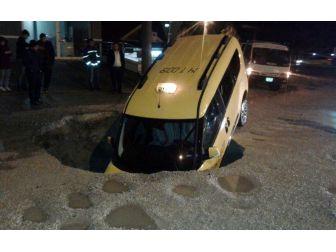 Ticari Taksi Yağmur Nedeniyle Meydana Gelen Göcüğe Düştü