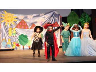 Anaokulu Öğrencilerinden Tiyatro Gösterisi