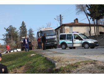 Çöp Kamyonunda Esrarengiz Patlama: 2 Yaralı