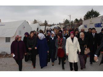 Bakan Akdağ'ın Eşi Depremzedeleri Yalnız Bırakmadı