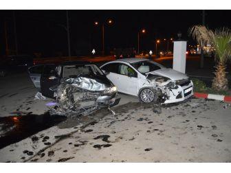 Turgutlu'da İki Araba Kafa Kafaya Çarpıştı, 2 Kişi Yaralı