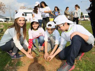 Üniversiteliler Fidanları Çocuklarla Birlikte Toprakla Buluşturdu