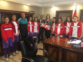 Kız Futbol Takımından Kaymakam Uçar'a Ziyaret