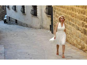 Mardin'in Marilyn'i Kolları 'Evet' İçin Sıvadı