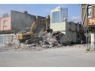 Yüreğir'de Metruk Binalar Yıkılıyor