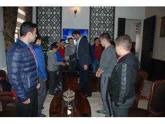 Başarılı Güreşçilerden Bayramiç Belediye Başkanı Arslan'a Ziyaret