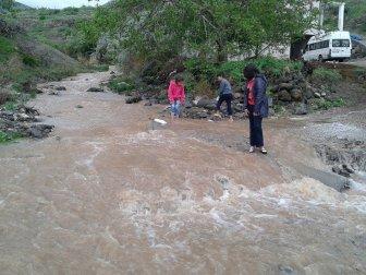 Malatya, Darende'deki Köprüsüz Dere Büyük Tehdit Oluşturuyor
