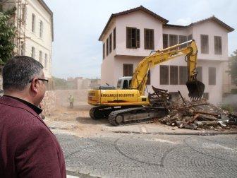 """Kırklareli'nde """"Ucube"""" Bina İzmir Marşı İle Yıkıldı"""