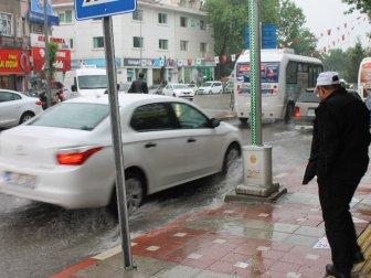 Afyonkarahisar'da Aniden Bastıran Yağmur Hayatı Felç Etti