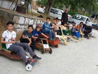 Manisa'da Öğrenciler Kendi Yaptıkları Tahta Arabalarla Yarıştı