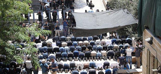İsrail'in kapattığı Mescid-i Aksa İbadete Açıldı