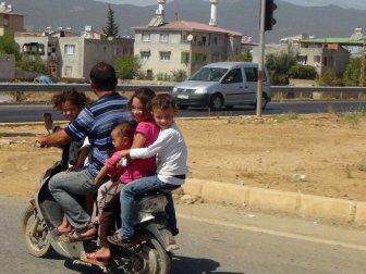 6 Kişilik Suriyeli Ailenin Motosikletle Tehlikeli Yolculuğu