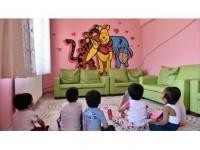 Çizdiği Resimlerle Kimsesiz Çocukların Kahramanı Oldu