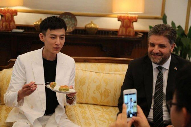 """Çinli Şarkıcı Xiao Zhang, """"Türkiye Fahri Turizm Elçisi"""" Oldu"""